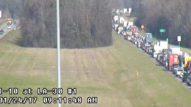 I-10 West closed in Gonzales past LA 30; traffic passing on shoulder