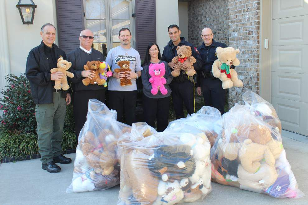 Carline family donates teddy bears to APSO _lowres