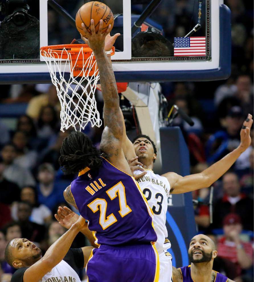Video: Pelicans forward Anthony Davis took advantage of the Lakers focusing on stopping guard play in the team's 96-80 win _lowres