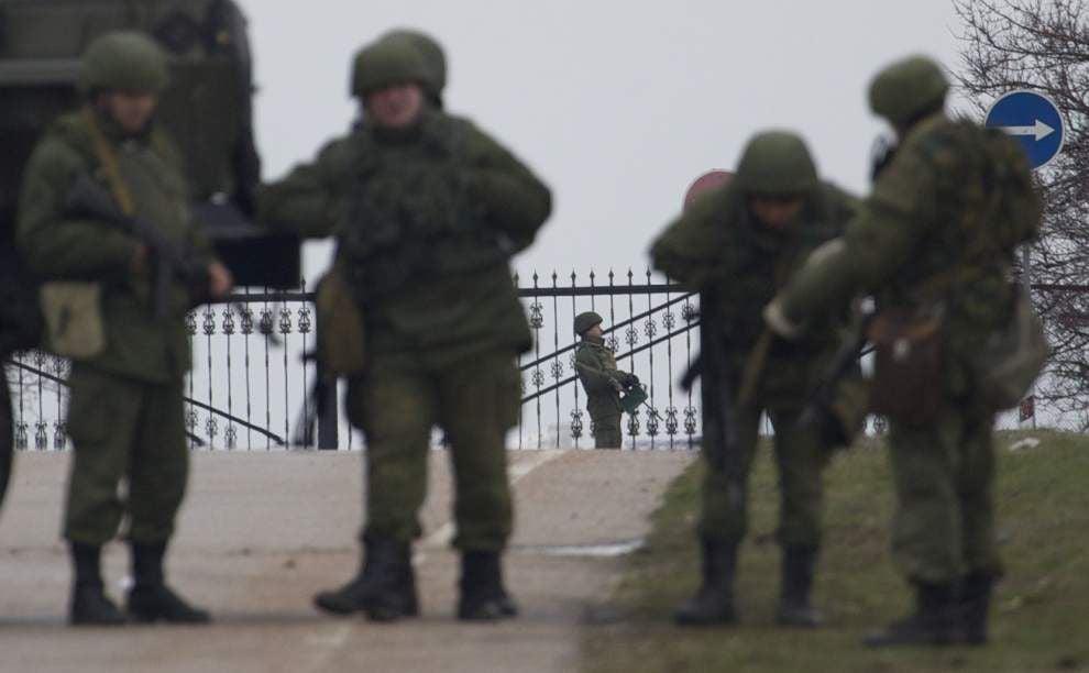 Ukraine says it controls Crimean airports _lowres