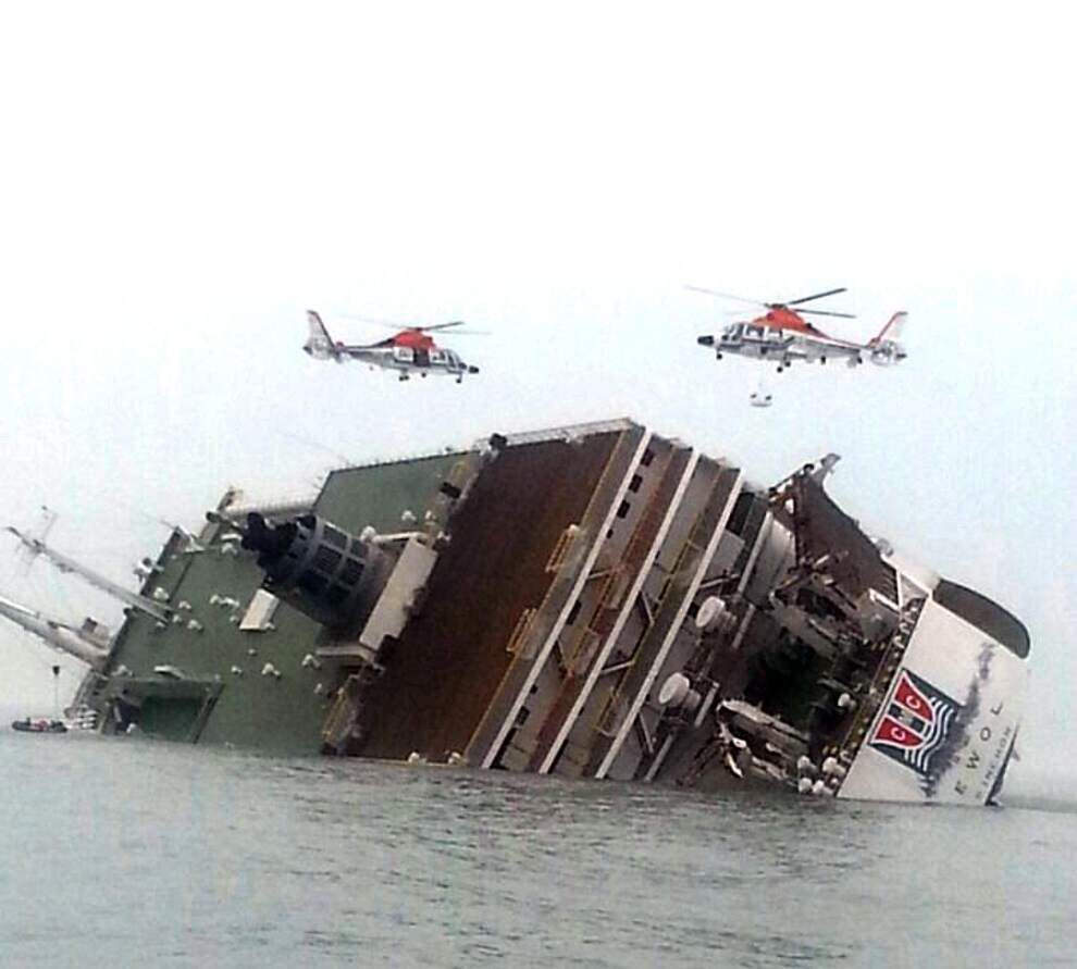 292 missing, 4 dead in South Korea ferry disaster _lowres