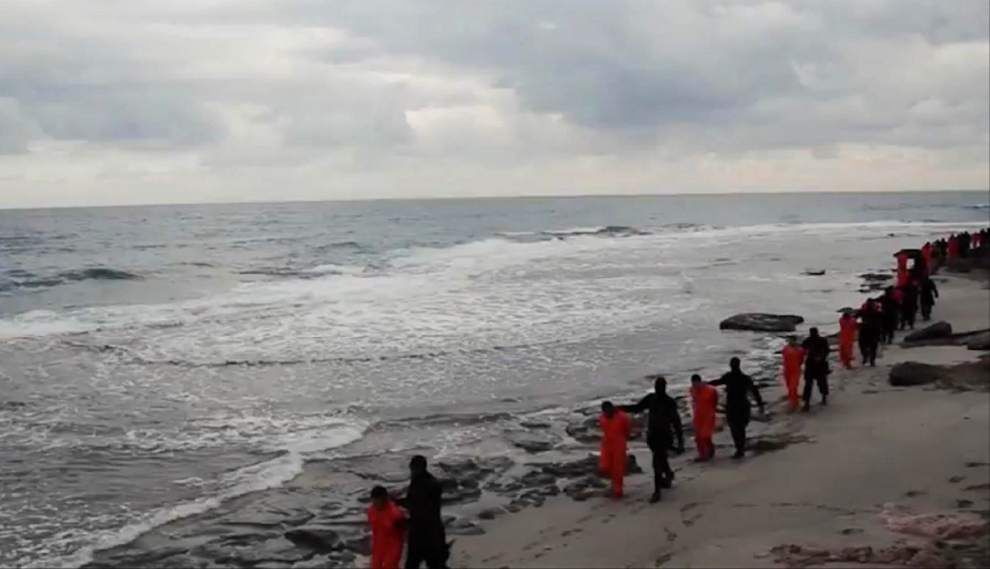 Video purports to show IS militants beheading hostages _lowres