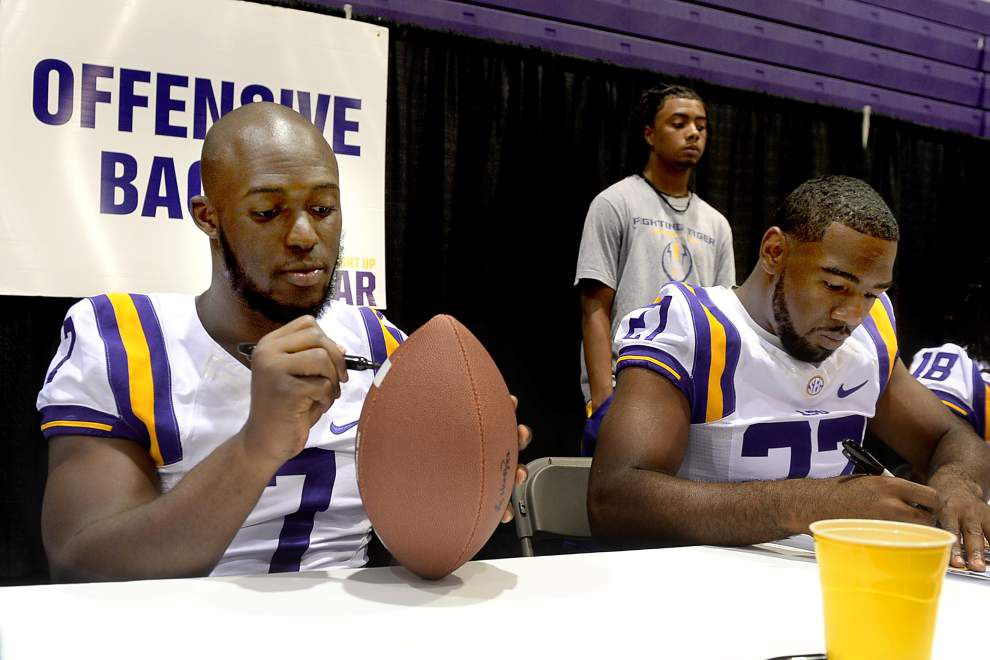 More than 2,000 Tiger fans cheer, meet the players, coach _lowres