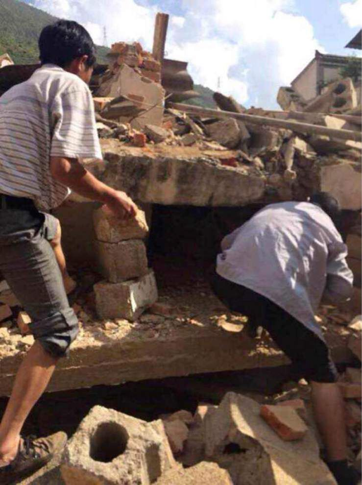 Strong quake kills at least 150 in southern China _lowres