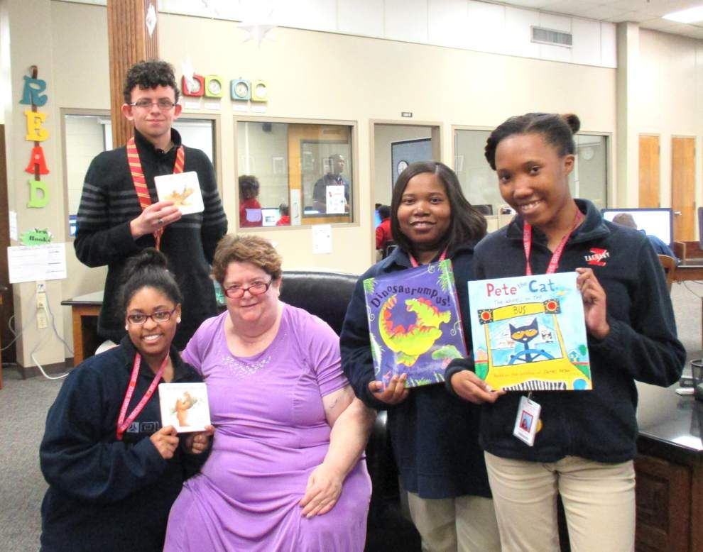 Library Club donates to benefit homeless shelter _lowres