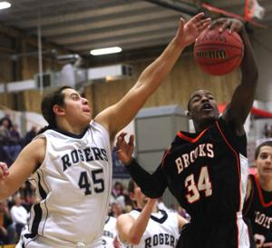 Hot on perimeter, Brooks overtakes Rogers early for win