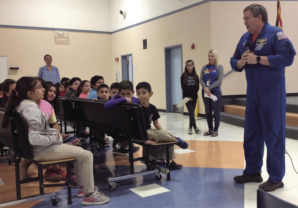 MIKE FOREMAN Visita ex astronauta escuela de Somerton