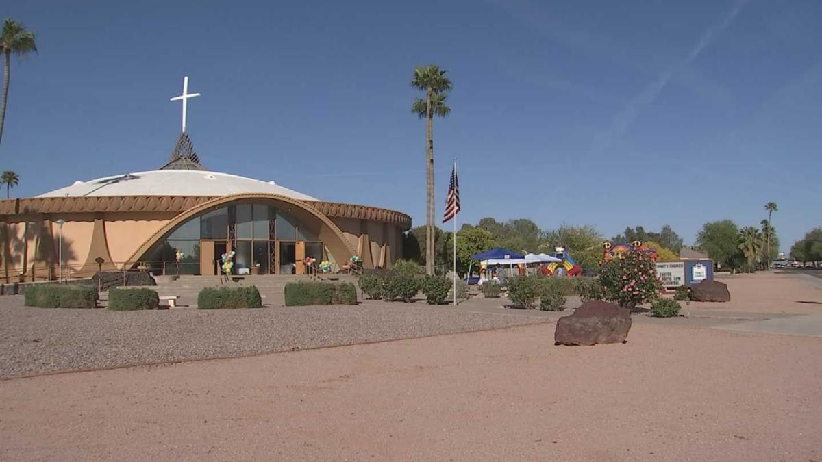 Former Seattle mega church pastor holds first service in Scottsdale