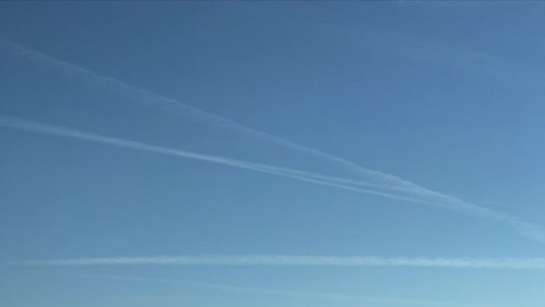 Contrails or chemtrails in sky over Valley?