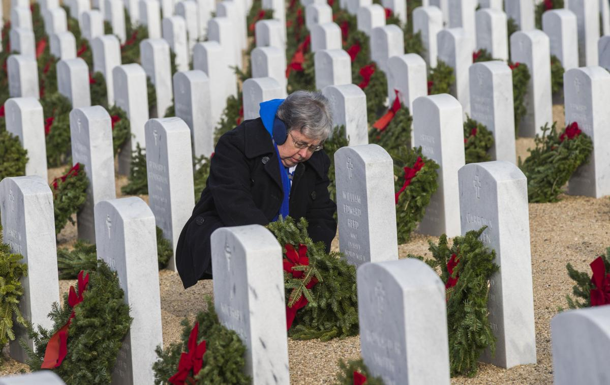 Hundreds honor, remember veterans with wreaths