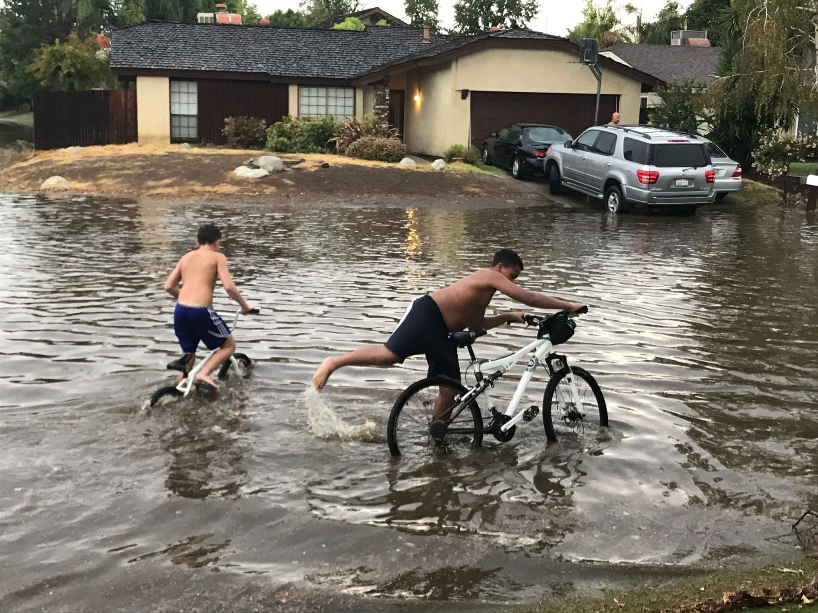 Storm rattles Bakersfield Highway 99 closed off