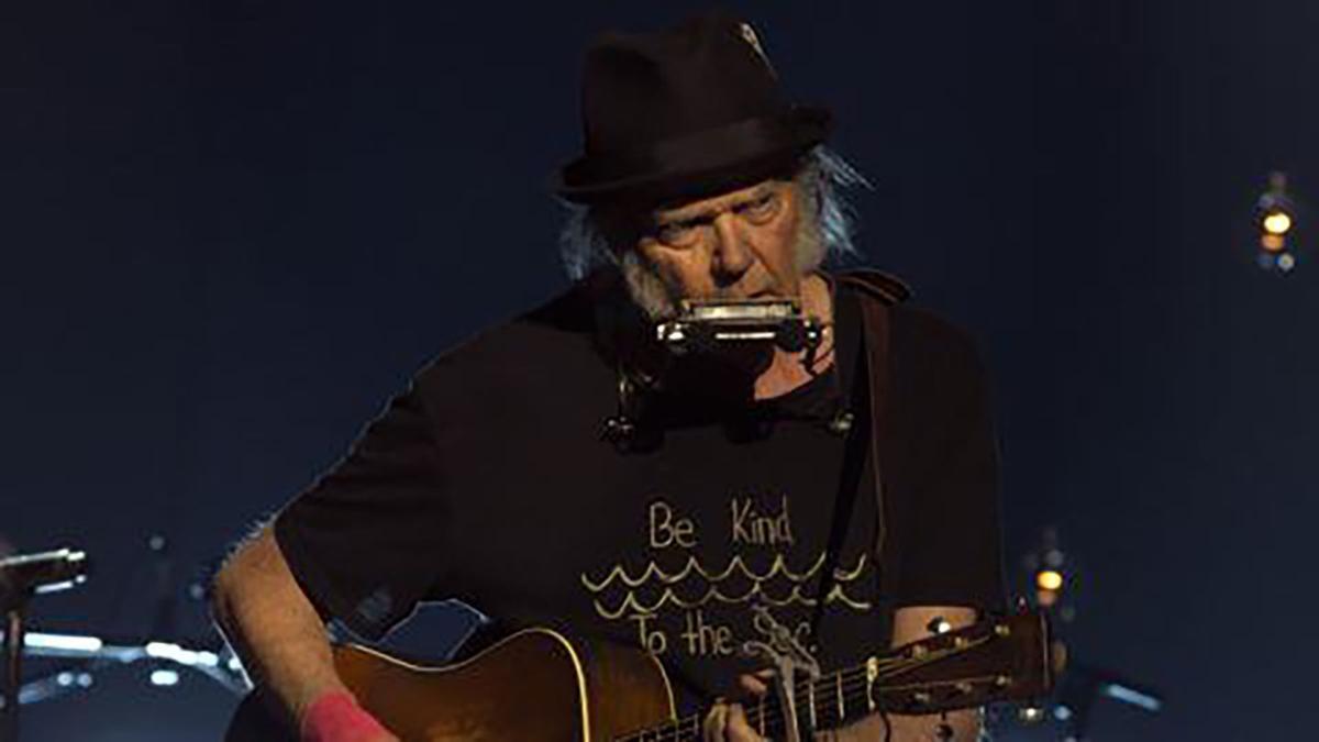 Neil-Young-Live-Press-Crop-Julie-Gardner