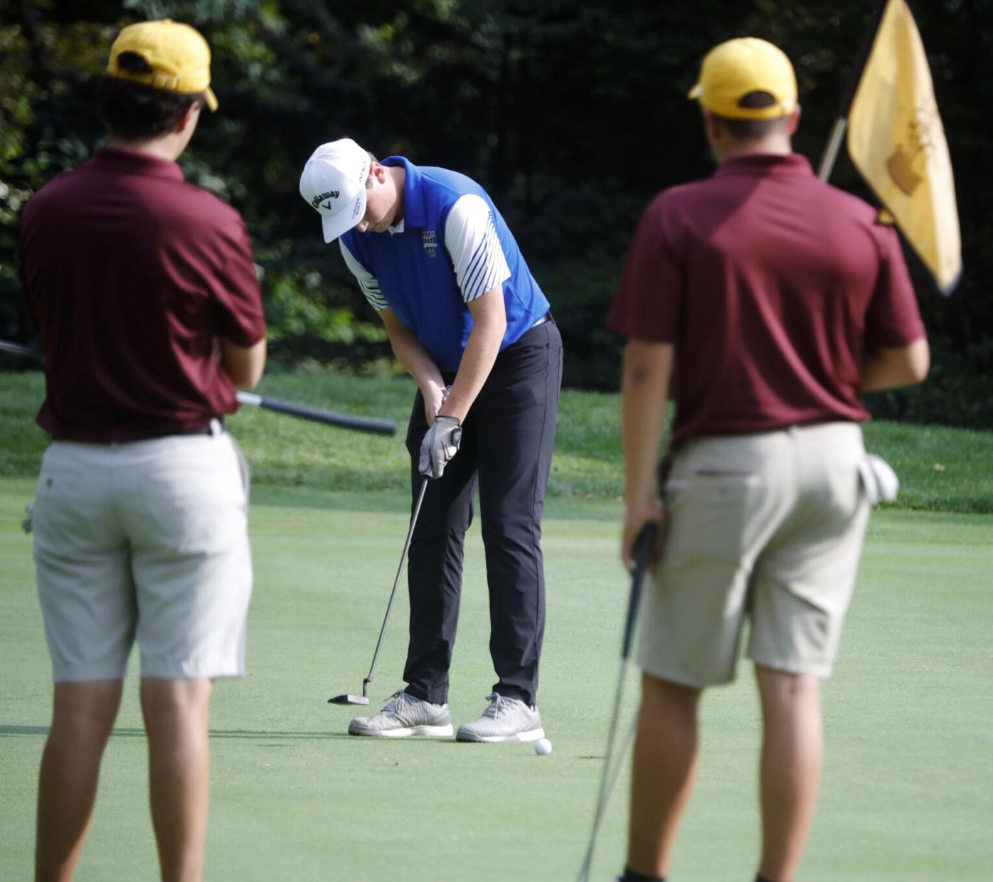 Brady Breitmaier putts golf ball