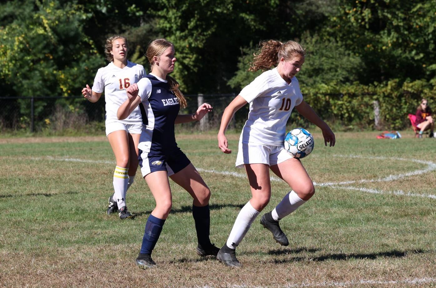 aliza munch and maggy sarnacki fight for the ball
