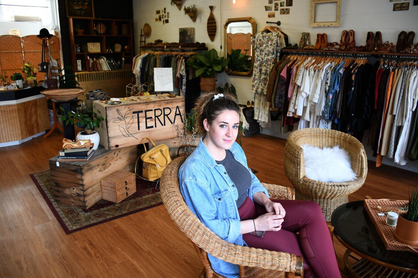 White est assise sur une chaise dans sa boutique