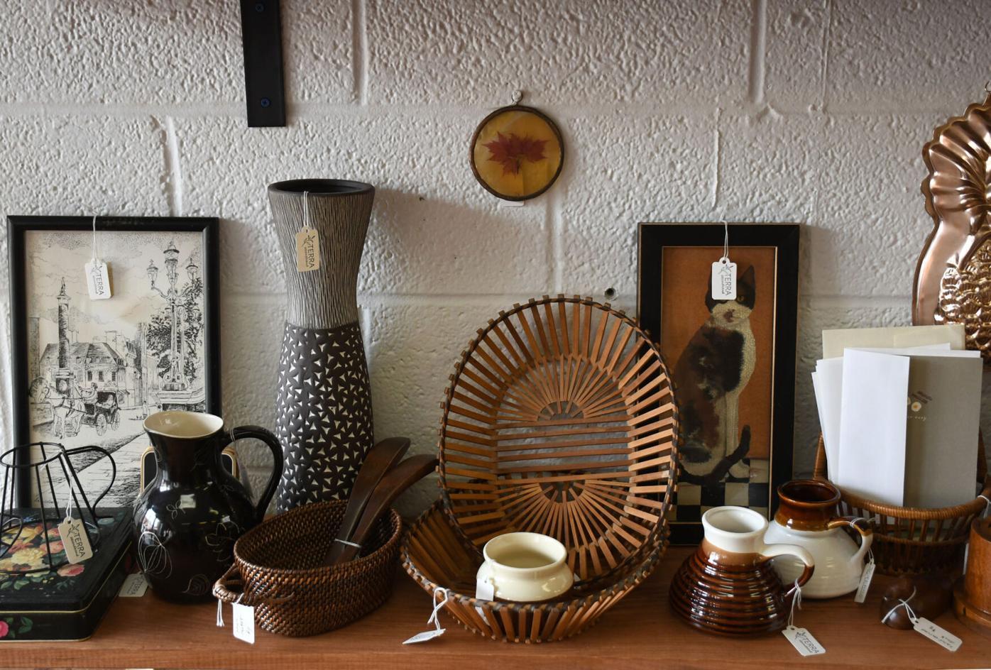 Divers objets vintage et d'occasion sur une étagère