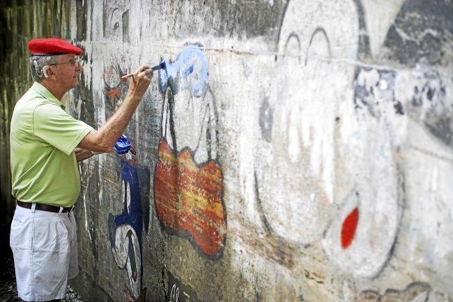 Artist, helpers freshen up cartoon walls at Hinsdale overpass