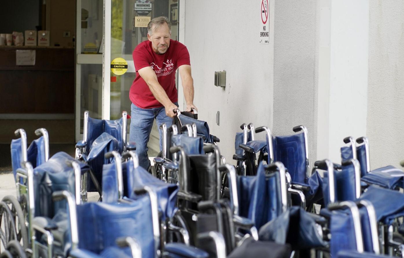 hombre toma silla de ruedas