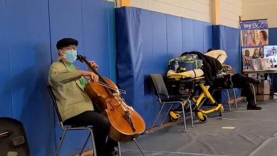 After receiving second dose, Yo-Yo Ma transforms waiting period into performance at Pittsfield vax clinic - Berkshire Eagle