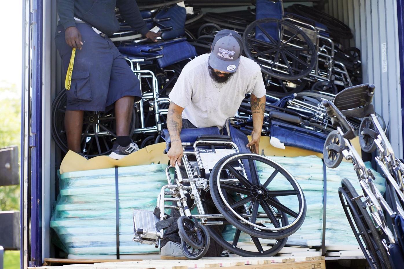 Los motores ponen sillas de ruedas en el camión