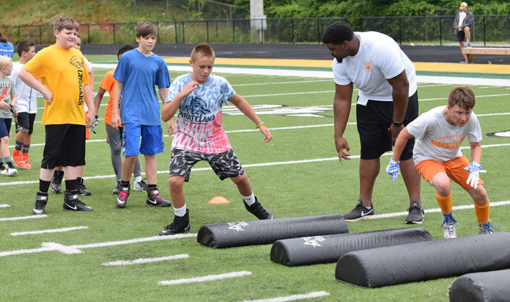 Rain Doesn T Dampen Legends Of Tennessee Football Camp