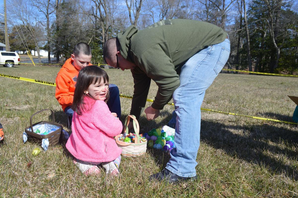 Dagsboro egg hunt - Chris Uibel sorts eggs with his kids, Layla and Logan-LW