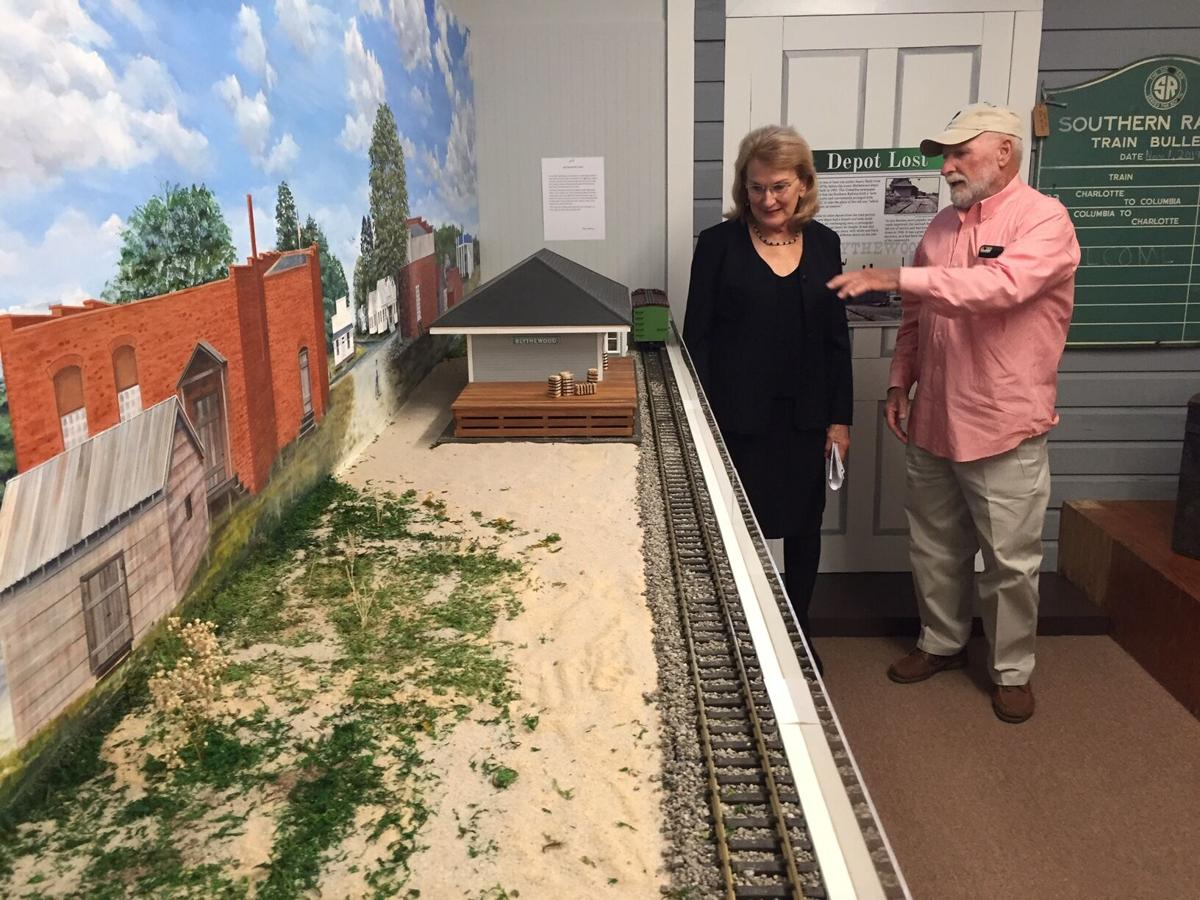 Kitty Farnell and artist Harold Branham discuss his 3-D mural.JPG