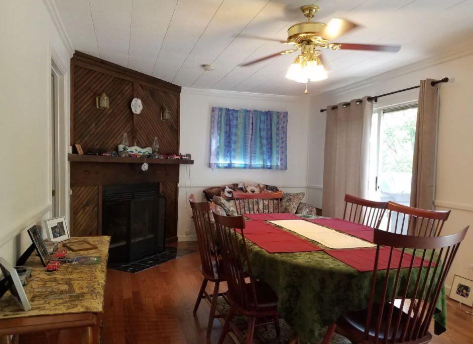 house dining room2.JPG
