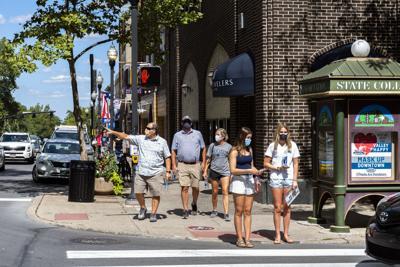 200820_PeopleWalkingDowntown