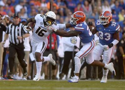 Damarea Crockett stiff arms Florida's Jaewon Taylor