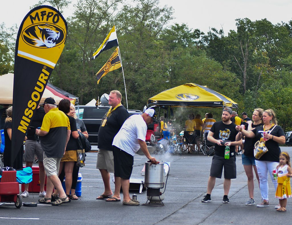 Parents of Missouri football athletes tailgate (copy)