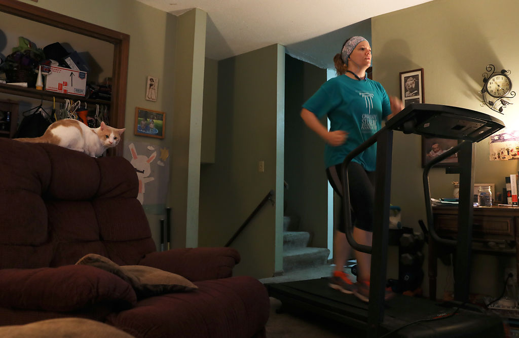 Kate Perry runs on a treadmill at home in the early morning