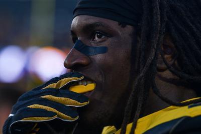 Missouri linebacker Nick Bolton fixes his mouthpiece (copy)