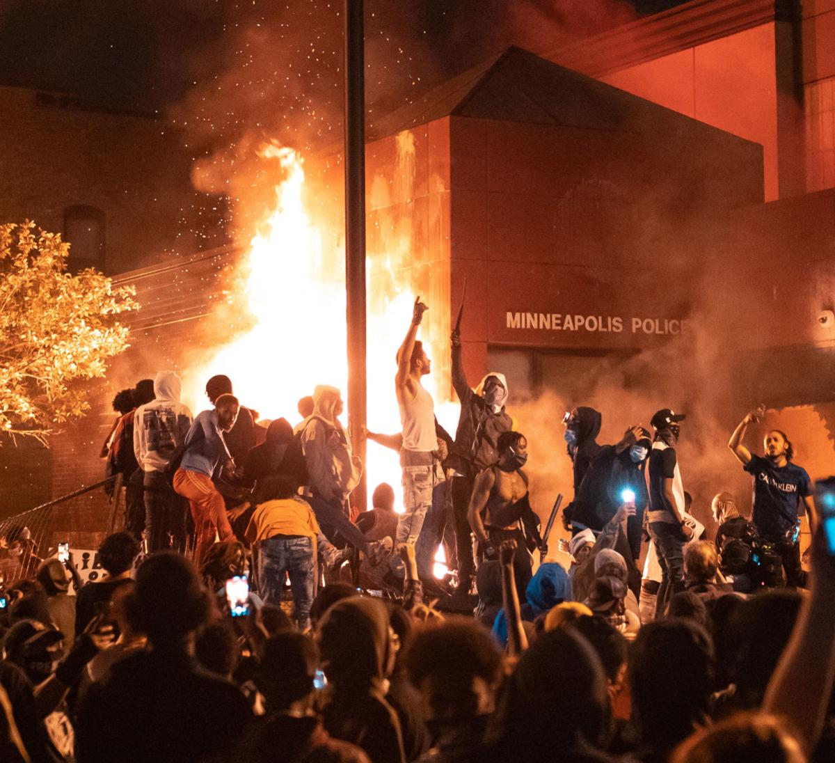 Local photographer captures Twin Cities riots with camera and interviews |  Local | crowrivermedia.com