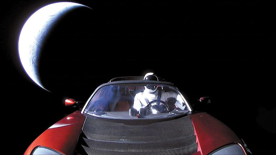 Images de la Tesla rouge dans l'espace