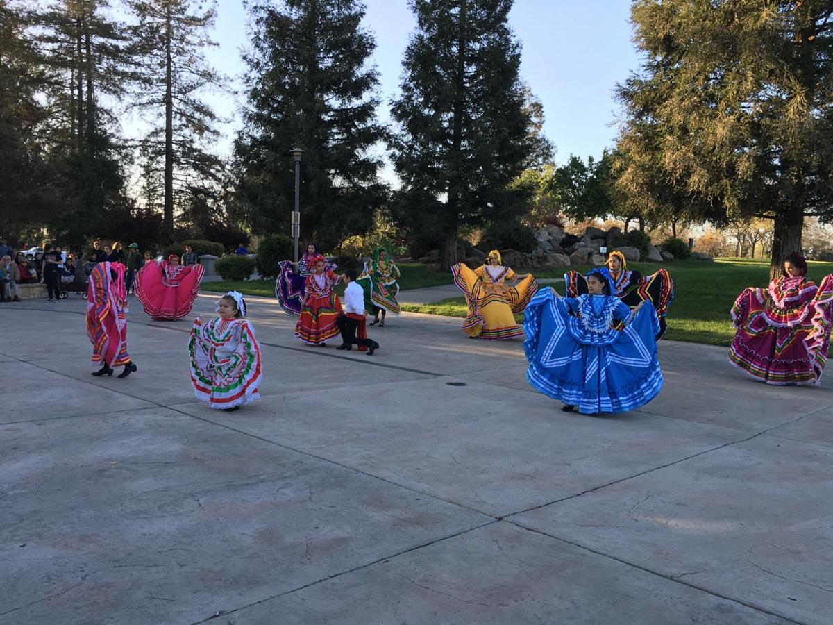 Grupo folklórico Los Falcones danzando