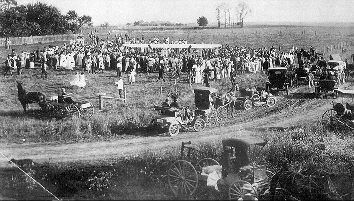 Mount Pulaski crowd