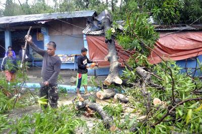 Typhoon leaves 6 dead in Philippines, more feared trapped