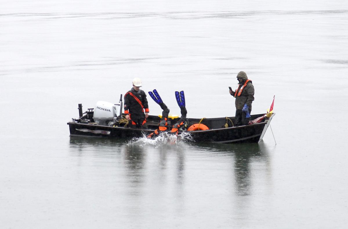 Boat prowler drives pickup into Columbia River fleeing from police