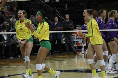 Oregon volleyball defeats Hawaii twice to end non-conference play 7-3.