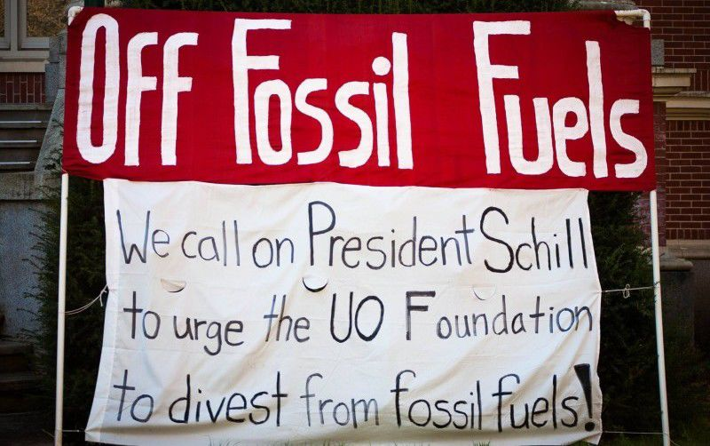Divest UO banner removed from Johnson Hall