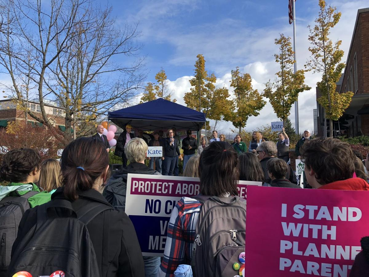 Gov. Brown, Sens. Wyden and Merkley and Rep. DeFazio rally student support on campus