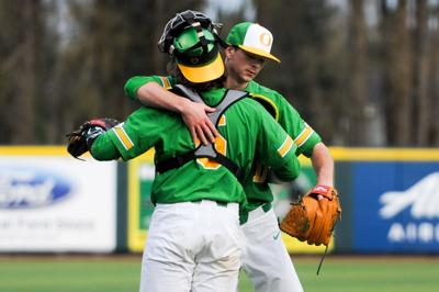 Oregon extends win streak to eight, moves to 2-0 in conference play with 13-2 win over Cal