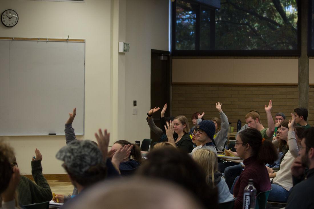 Sen. Wyden, Rep. DeFazio register students to vote on campus