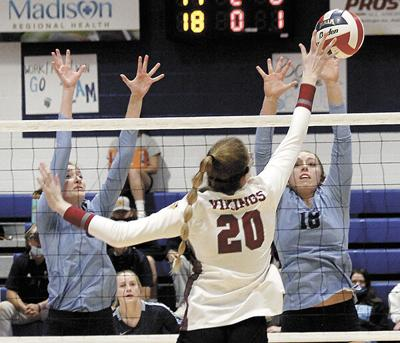Trojans split final two volleyball matches