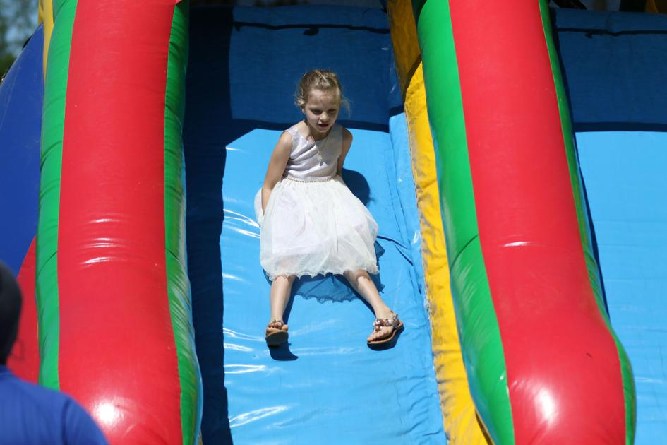 Sunny, soggy egg hunt draws Easter crowd