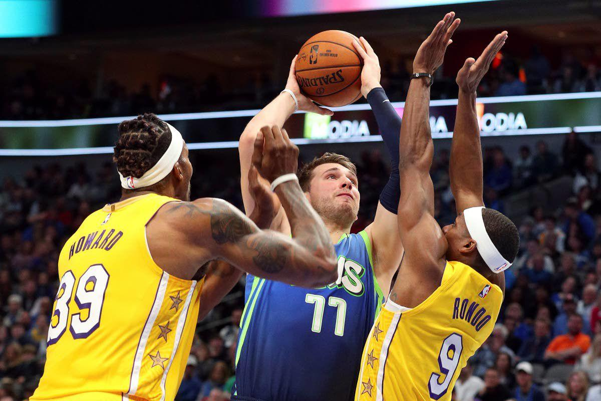 James posts 35 points, 16 boards; Lakers beat Mavs