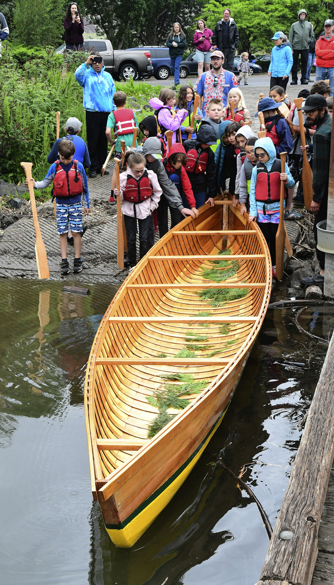 Moscow students test their handmade canoe