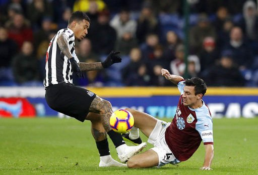 Despite embarrassing miss, Newcastle wins at Burnley 2-1