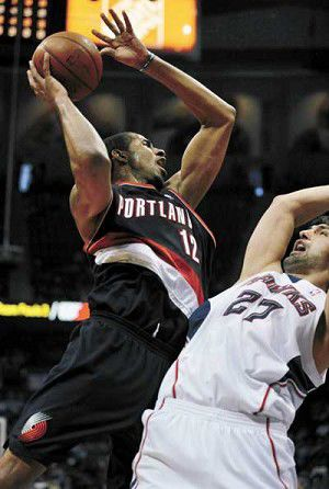 Johnson fuels Hawks' fifth straight win